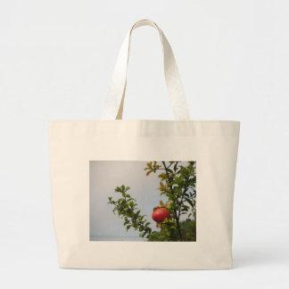 Bolsa Tote Grande Única fruta vermelha da romã na árvore nas folhas