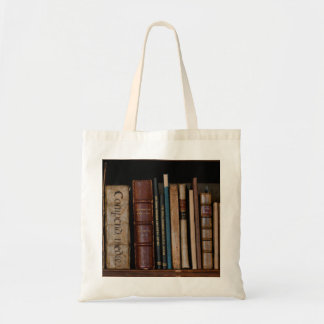 Bolsa Tote Livros na prateleira aberta