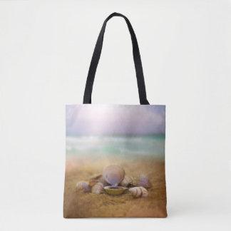 Bolsa Tote Os escudos na praia com oceano azul molham a