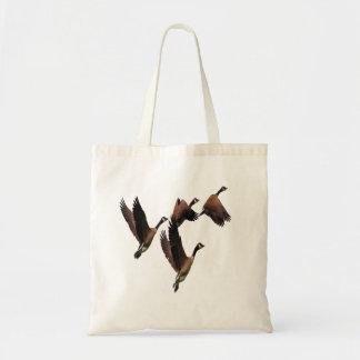 Bolsa Tote Os gansos canadenses que voam em um rebanho caçoam