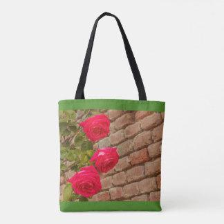 Bolsa Tote os rosas escalam em uma sacola da parede de tijolo