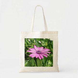 Bolsa Tote Osteospermum roxo contra as folhas verdes