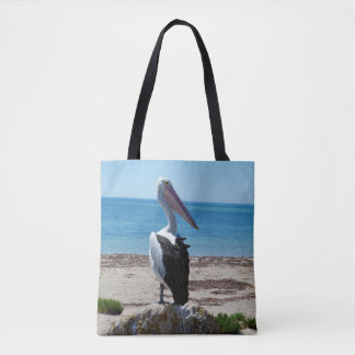 Bolsa Tote Pelicano na rocha da praia,
