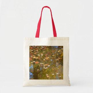 Bolsa Tote Reflexão das folhas e do córrego de outono no