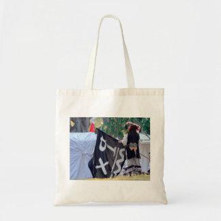 Bolsa Tote tomada abaixo da imagem do poster da bandeira de