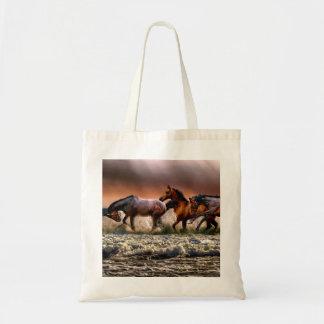 Bolsa Tote Três cavalos que trotam no oceano