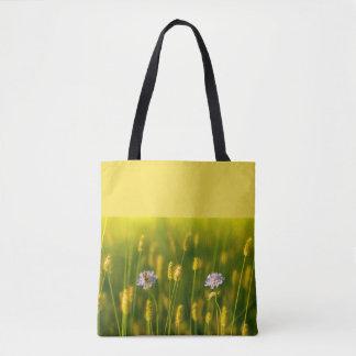 Bolsa Tote Uma abelha nas flores selvagens do primavera