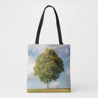 Bolsa Tote Uma árvore solitária cheia de vida com um céu azul