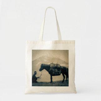 Bolsa Tote Viajante do vintage e seu cavalo na maneira a