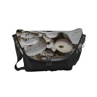 Bolsas Mensageiro Pedras com a mala a tiracolo da praia do beira-mar