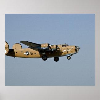 Bombardeiro de Lil B-24 do diamante, aterrando em  Poster