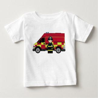 Bombeiro bonito dos desenhos animados camisetas