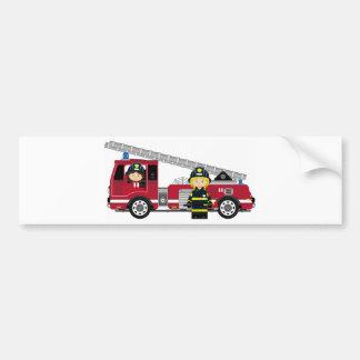 Bombeiro bonito e viatura de incêndio dos desenhos adesivo para carro