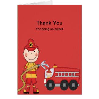 Bombeiro vermelho com cartões de agradecimentos do