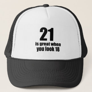 Boné 21 é grande quando você olha o aniversário
