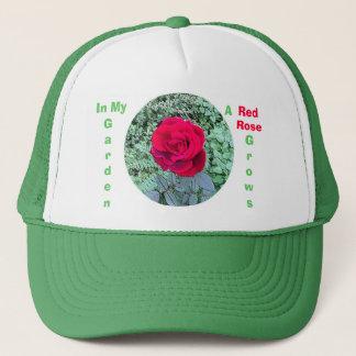 Boné A rosa vermelha cresce em meu chapéu do jardim