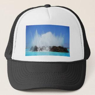 Boné Água que bate rochas em Ilhas Canárias