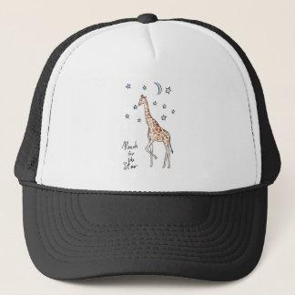 Boné alcance do girafa para a estrela