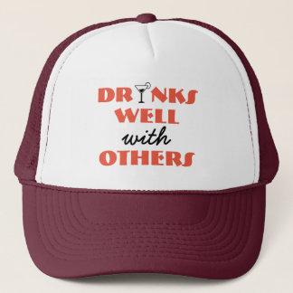 Boné Bebidas bem com outro chapéu do camionista