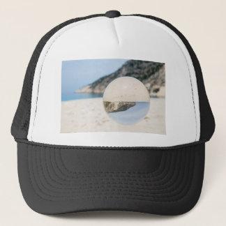 Boné Bola de cristal na praia grega arenosa