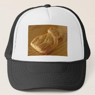 Boné Bolo frito em uma mesa de madeira