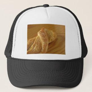 Boné Bolo frito em uma mesa de madeira com açúcar