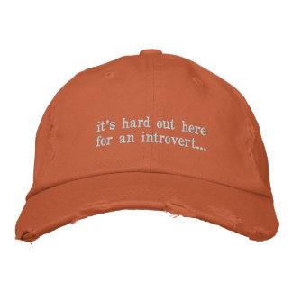 Boné Bordado é duro para fora aqui para um introvertido
