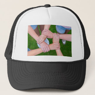 Boné Braços com mãos das crianças que mantêm-se unidas