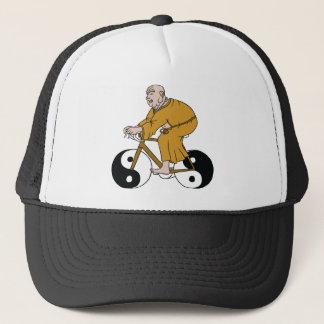 Boné Buddha que monta uma bicicleta com as rodas de Yin