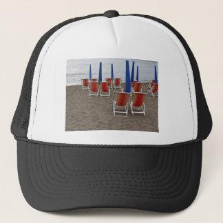 Boné Cadeiras de madeira coloridas na praia da areia