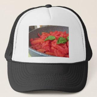 Boné Cozinhando o molho de tomate caseiro usando o