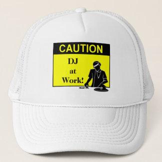 Boné Cuidado DJ no trabalho