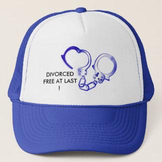 Boné Divorciado livre enfim com algema aberta