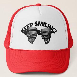 Boné Dois crânios mantêm-se sorrir