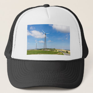 Boné Dois moinhos de vento na área rural com céu azul