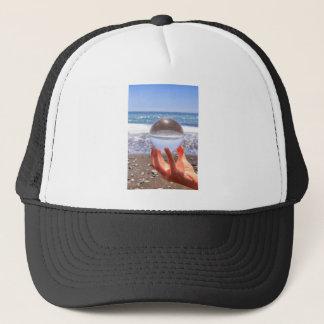 Boné Entregue guardarar a esfera de vidro na praia e no
