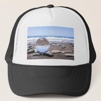 Boné Esfera de vidro em pedras na praia e na costa