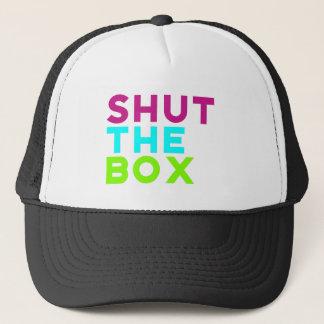 Boné Feche o logotipo da caixa