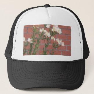 Boné Flores no tijolo