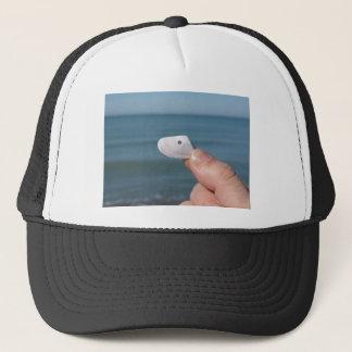 Boné Guardarando um seashell na mão com mar azul
