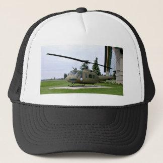 Boné Helicóptero cinzento na paisagem verde