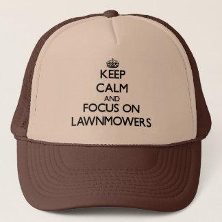 Boné Mantenha a calma e o foco em Lawnmowers