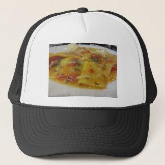 Boné Massa caseiro com molho de tomate, cebola,