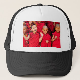 Boné Monges pequenas em vestes vermelhas