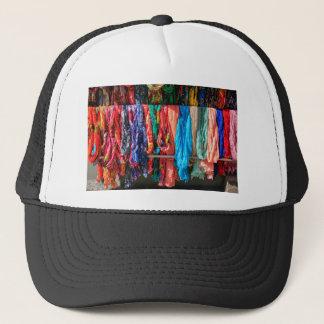 Boné Muitos scarves coloridos que penduram no mercado