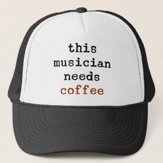 Boné o músico precisa o café