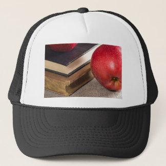 Boné Opinião do fim-acima das maçãs vermelhas e velho