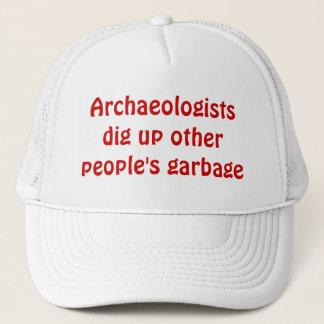 Boné Os arqueólogos escavam acima o lixo do outro