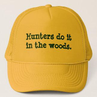 Boné Os caçadores fazem-no nas madeiras