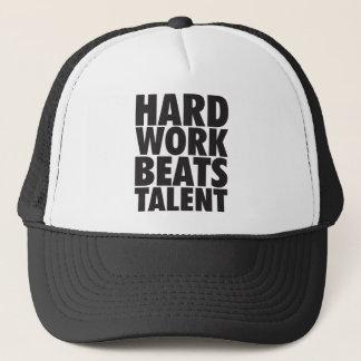 Boné Palavras inspiradores - o trabalho duro bate o